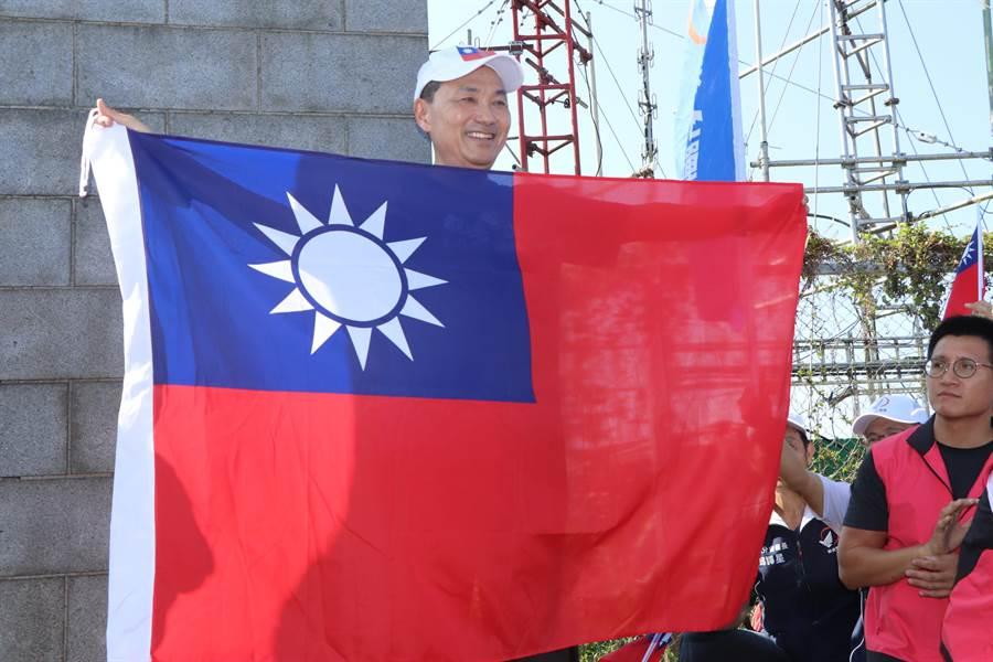 侯友宜在硬漢嶺上升起國旗。(吳亮賢攝)