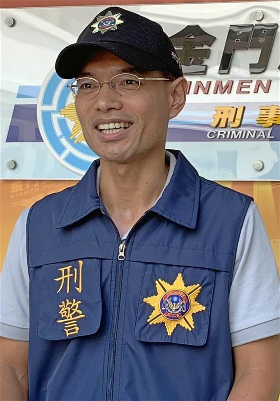 金門縣刑大副大隊長董紀宏說明專案小組赴台緝毒,阻絕毒品於境外的成果。(李金生攝)