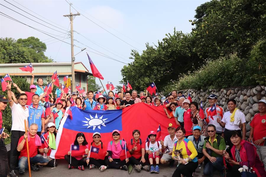 國民黨立委江啟臣舉辦「國慶登山健走」活動,熱血民眾一早齊聚中坑500高地,揮舞國旗,並與超大型國旗合照。(王文吉攝)