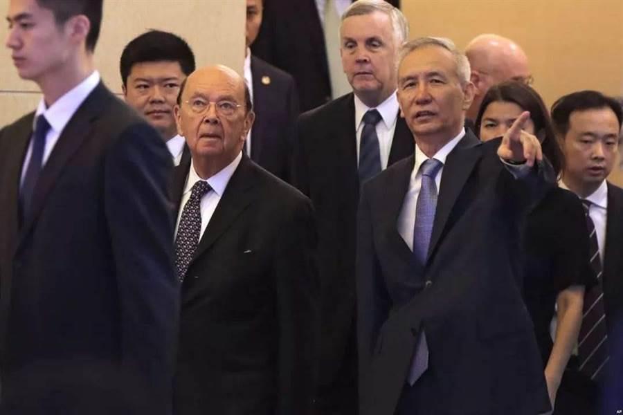中美貿易談判,副部級磋商在關鍵議題零進展,傳中方將縮短高級別貿易代表談判時間,主談人劉鶴(右)將提早一天返國。(新華社)