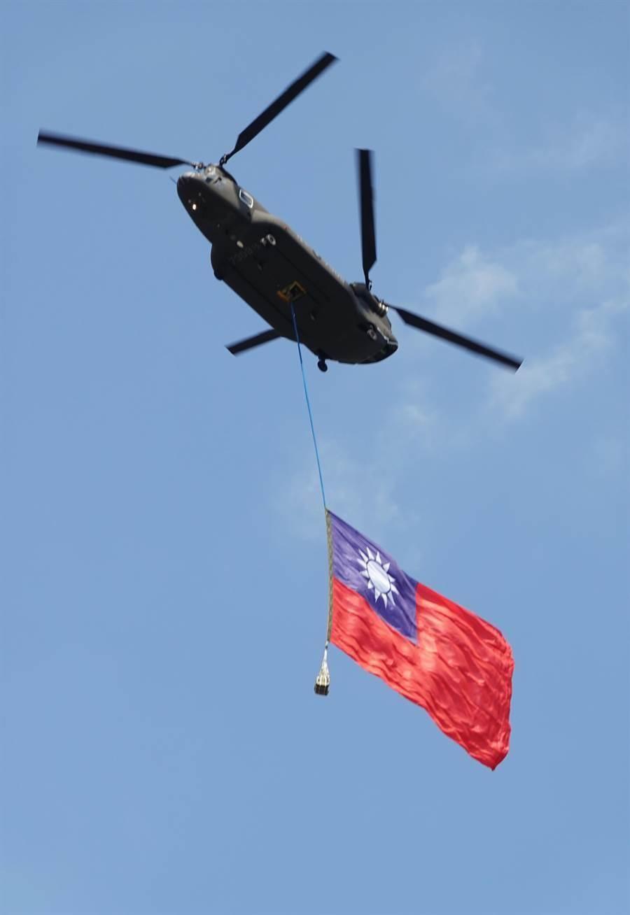 陸軍CH-47SD運輸直升機,吊掛巨幅國旗進場。(圖/姚志平攝)