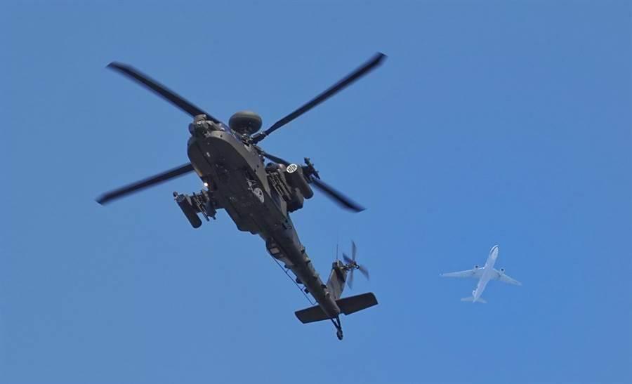 阿帕契攻擊直升機飛過總統府前時,民航機從後方掠過。(圖/姚志平攝)