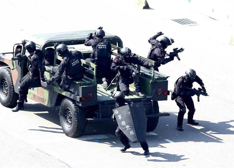 中華民國 108年國慶大會10日在總統府前舉行,海軍陸戰隊反恐特勤操演展現國軍精實訓練成果。(圖/陳信翰攝)