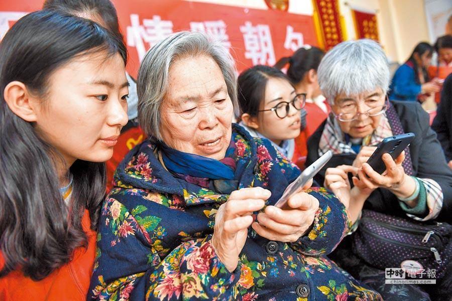 為改善老年人生活質量,提供優質輔具工作已是一項迫切的任務。(示意圖/中新社)