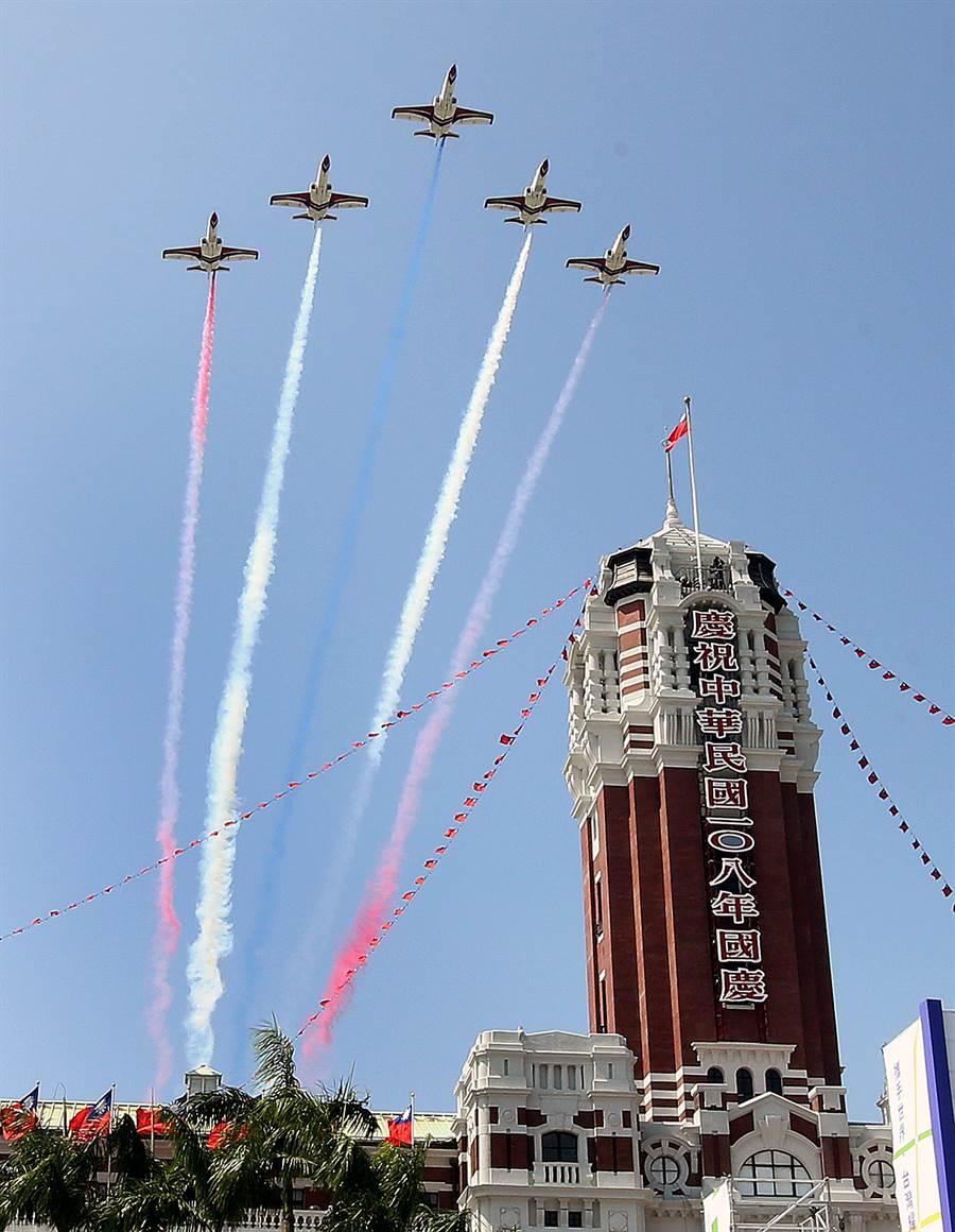 空軍雷虎小組AT-3教練機飛越台北上空,以彩色煙幕為108年國慶大會畫下句點。(圖/范揚光攝)