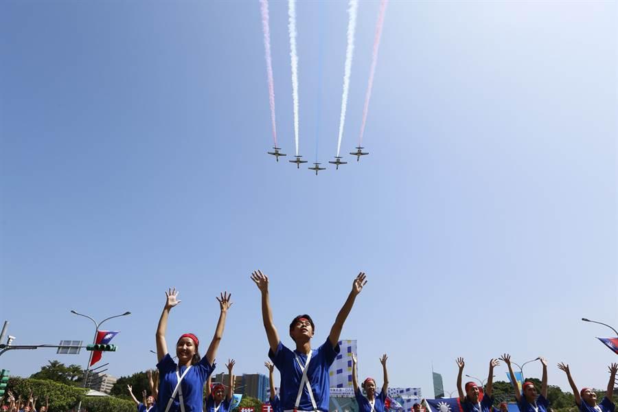 空軍雷虎小組AT-3教練機飛越台北上空施放彩色煙幕,為108年大會畫下句點。(張鎧乙攝