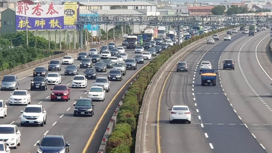 國道1號彰化交流道附近又塞成了大停車場了。(吳敏菁攝)