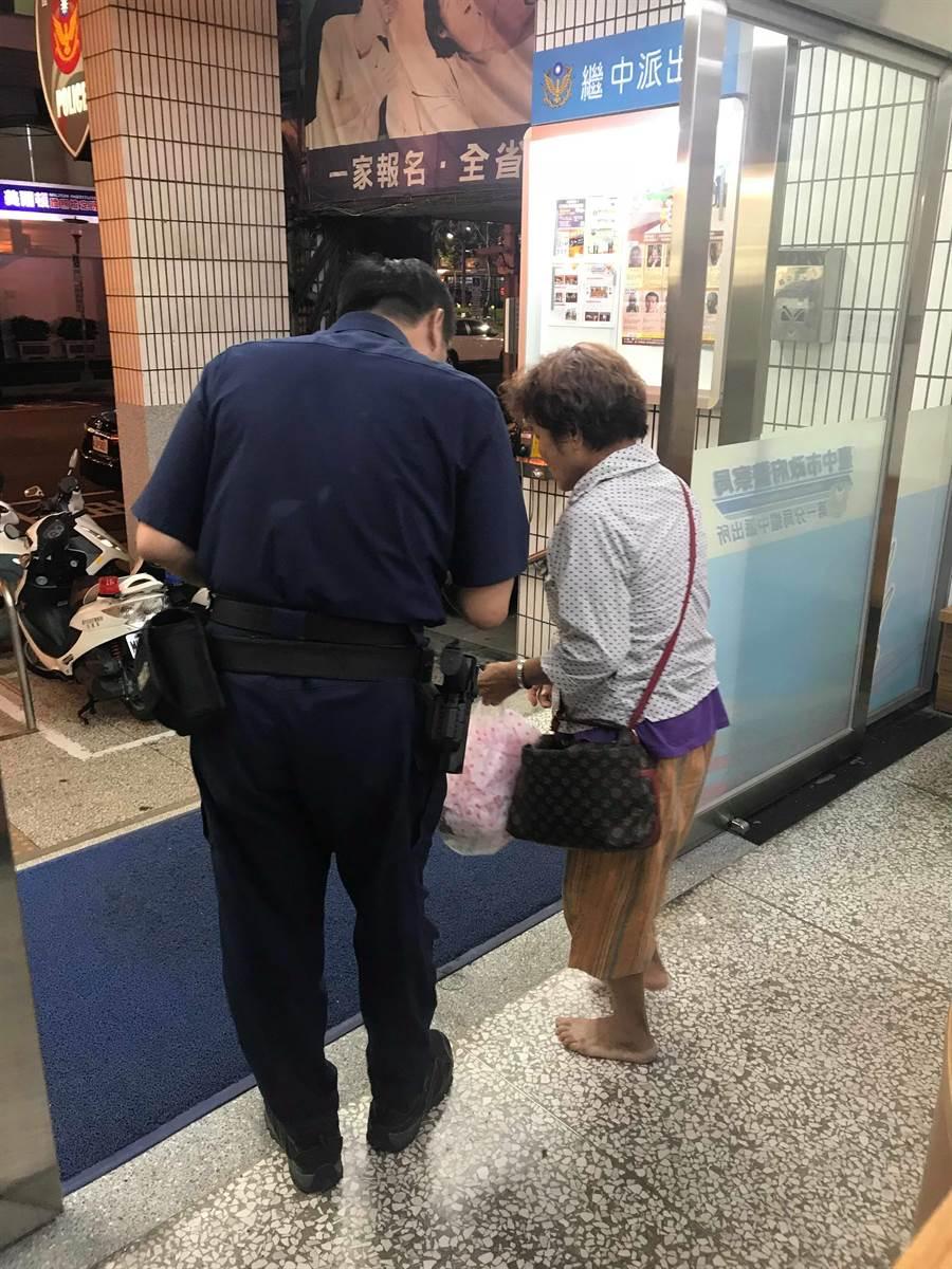 老婦從嘉義到台中尋姐,卻忘了住址而流落街頭,警員細心追查,助姐妹相會。(翻攝照片/陳淑芬台中傳真)