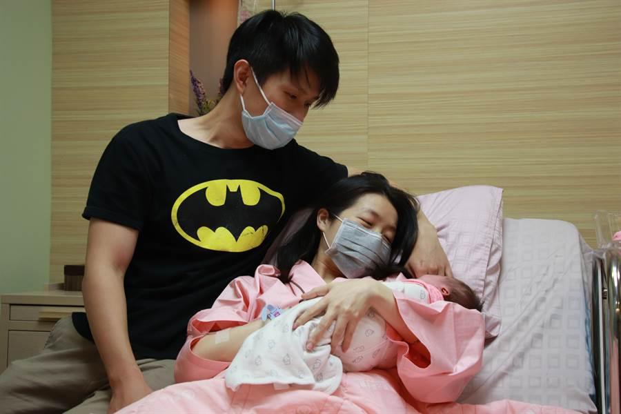 新竹縣的東元綜合醫院10日上午8時31分誕生第1位國慶寶寶,截至中午有3女2男、共5位國慶寶寶誕生。(東元醫院提供/陳育賢新竹傳真)