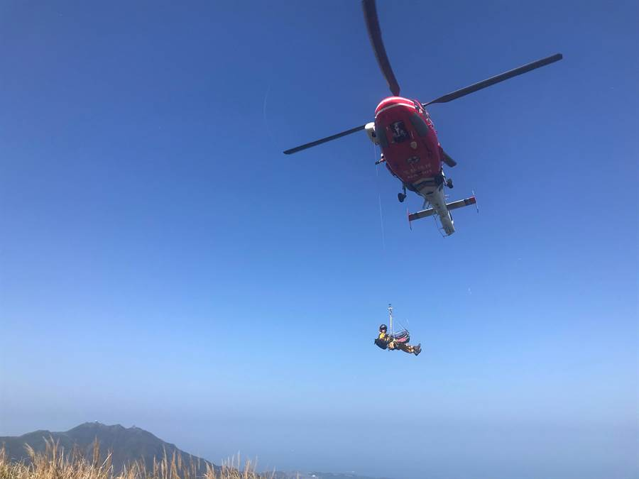 警消人員今中午12點20分獲報,鄭姓登山客在七星山主峰、東峰之間步道發生休克,立即派出直升機前往救援。(翻攝照片/李文正台北傳真)