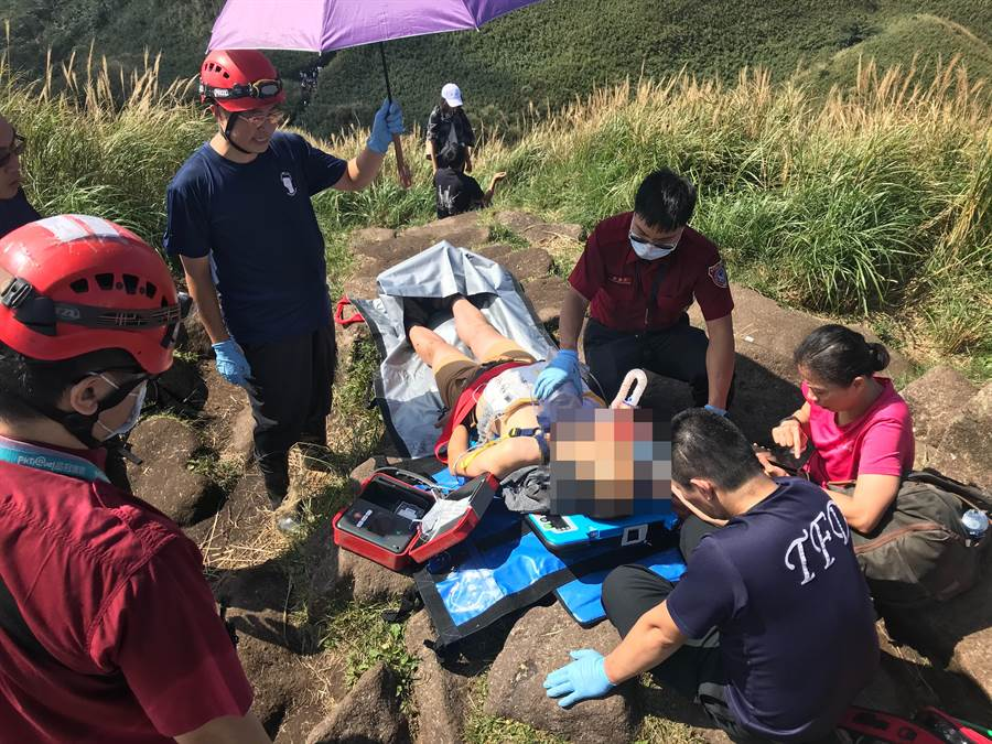 55歲鄭姓登山客因身體不適發生休克,警消前往七星山主峰、東峰救助後由直升機送下山轉往醫院搶救。(翻攝照片/李文正台北傳真)