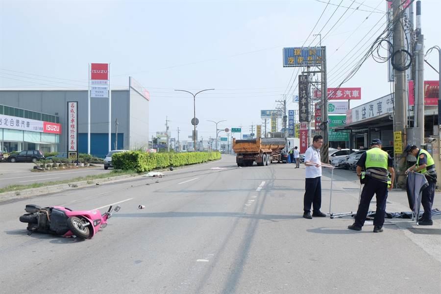 機車擦撞小貨車倒地,2女遭後方砂石車輾斃。(張朝欣攝)
