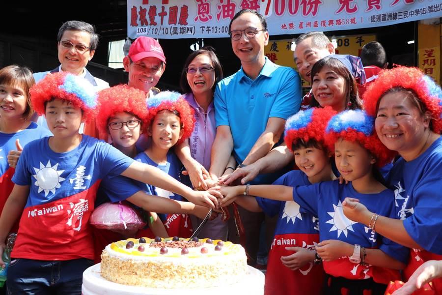 朱立倫和國慶寶寶們一同切下生日蛋糕,祝福中華民國生日快樂。(吳亮賢攝)