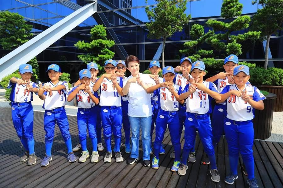 盧秀燕與小朋友們一起比「雙十」手勢。(台中市政府提供/陳世宗台中傳真)