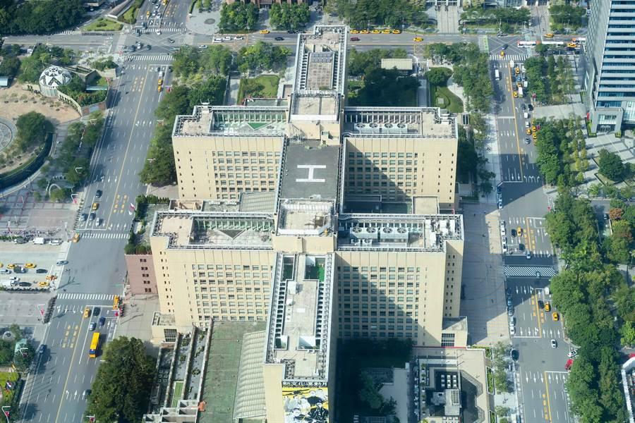 結合雙十造型的屋頂與停機坪符號H的建築(圖/張雅琪攝)