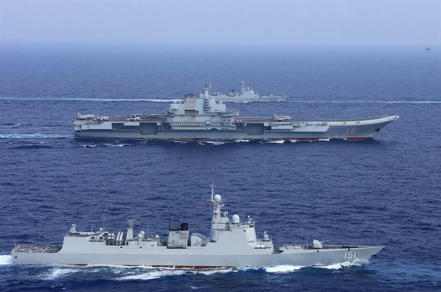 圖為遼寧艦去年行經台灣附近海域。(圖/中新社)