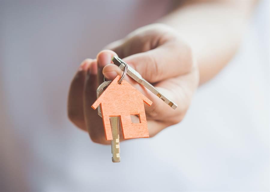 年輕人該不該買房,是個困難的抉擇。(達志影像/shutterstock提供)