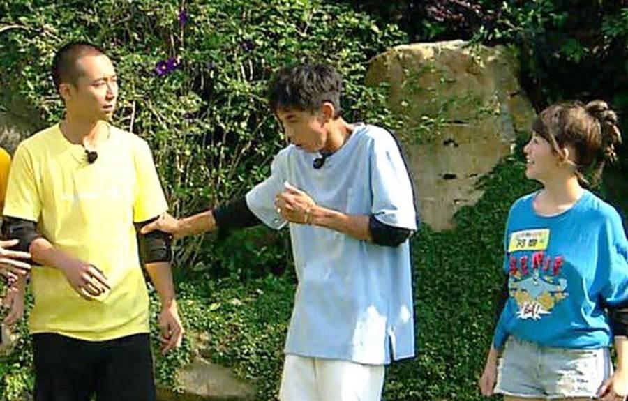 阿翔(左二)遊戲想吐,浩子(左)擔憂。(民視提供)