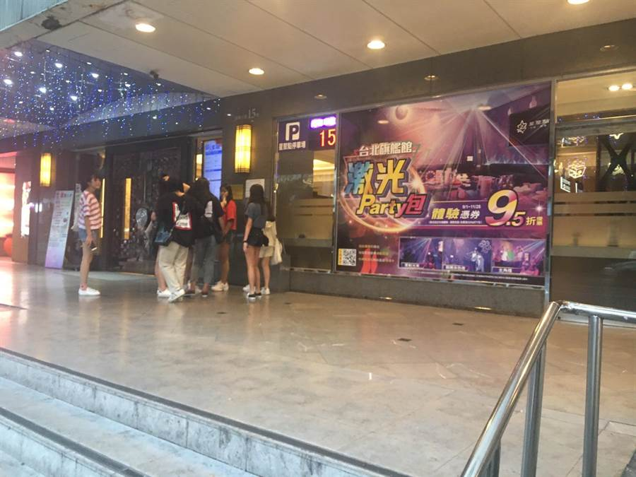 兩方人馬先在KTV唱歌,離場後在隔壁的超商爆發衝突。(林郁平攝)
