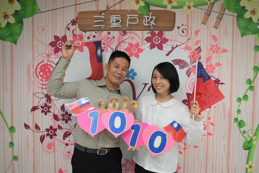 生日恰巧是雙十節的林姓消防員,也選在這天與交往多年的警察女友登記結婚。(新北市民政局提供/吳亮賢新北傳真)