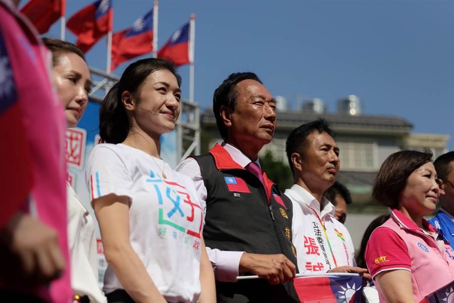 嘉義市議員戴寧(左2)受邀與鴻海集團創辦人郭台銘(右3)一同參加桃園國旗屋升旗典禮。(戴寧提供/張亦惠嘉市傳真)