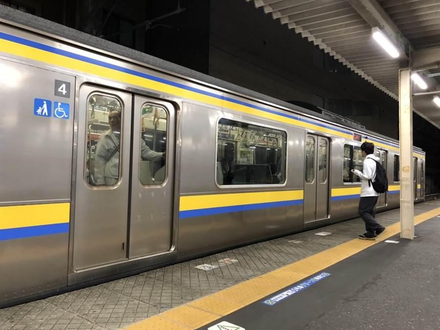 哈吉貝強颱襲日,電車、飛機將停駛、停飛。圖為東京總武中央線電車。(黃菁菁攝)
