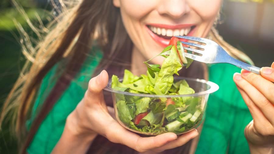 運動過後的飲食方面,除了多補充水分之外,也可吃些醣類、蛋白質。(圖/shutterstock)