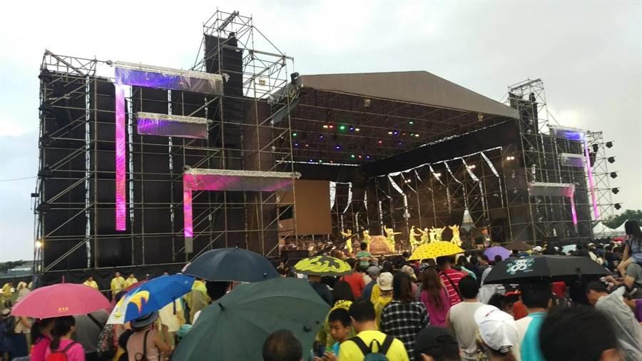 屏東國慶焰火下午才剛開場就降下傾盆大雨,現場民眾狼狽躲雨,整個場地泥濘不堪。(潘建志攝)