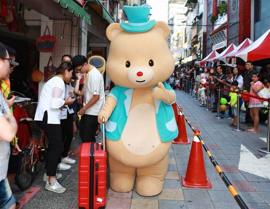 華陰街徒步區購物季代言人「歡喜熊」示範一卡皮箱闖天下趣味G。(圖取自台北市商業處官網)