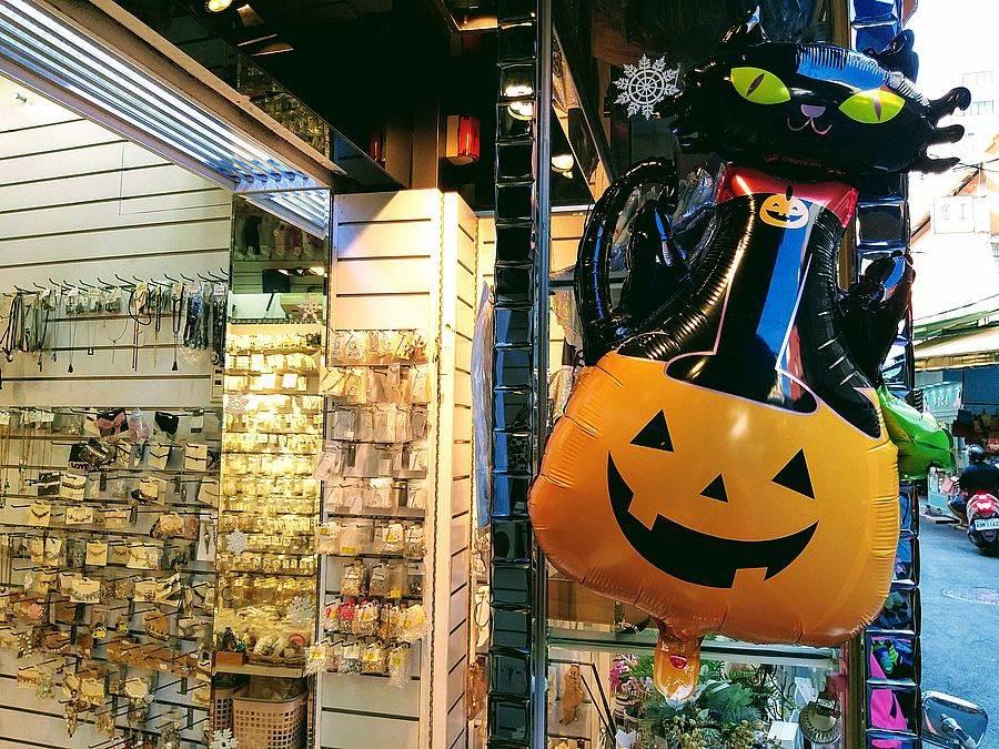 萬聖節快到了,華陰街商家也洋溢一股南瓜鬼怪風!