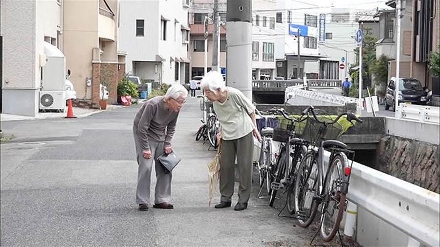 高齡95歲的父親與87歲的母親,因失智症的侵襲,讓女兒見識到了父母堅韌的情感牽絆。(車庫娛樂提供/王寶兒台北傳真)