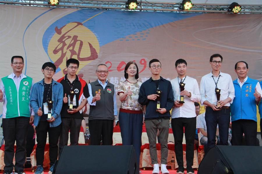 苗栗縣長徐耀昌(左四)等人,頒獎表揚台灣國際木雕競賽得獎者。(何冠嫻攝)
