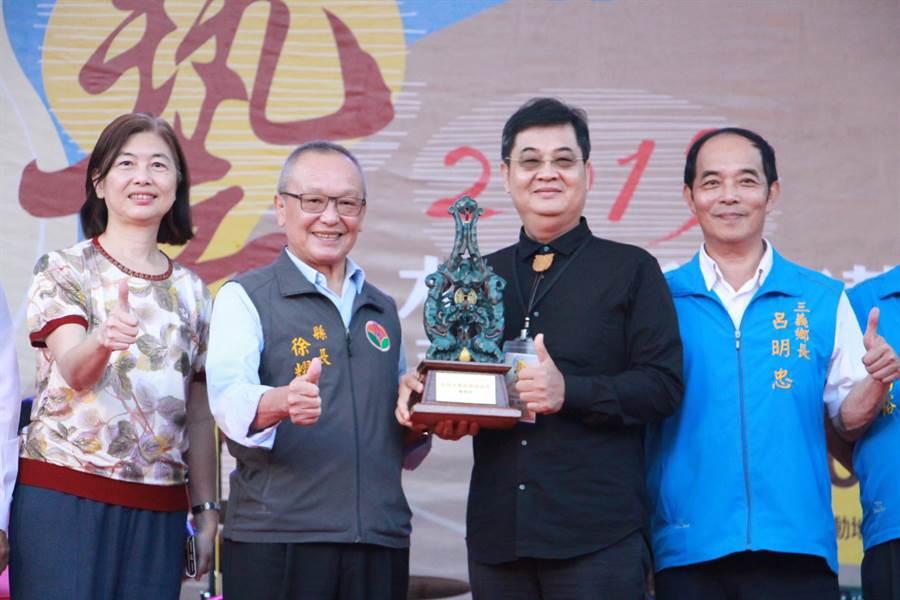 今年台灣木雕薪傳獎由木雕大師陳啟村(右二)奪得。(何冠嫻攝)