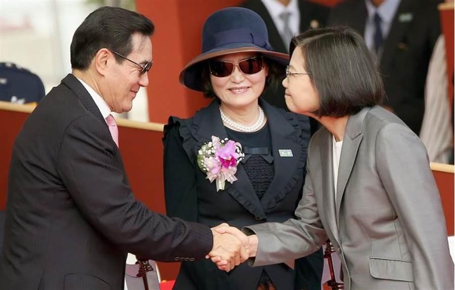 雙十國慶大會,蔡英文總統(右)向前總統馬英九(左)握手致意,立法院長蘇嘉全妻子洪恆珠(中)在旁微笑觀看。(范揚光攝)