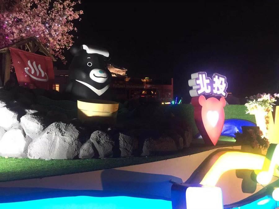 台北熊讚的花車充分展現出台北的面貌,小朋友紛紛搶著拍照。(游念育攝)