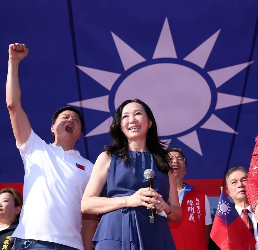 國民黨總統參選人韓國瑜的夫人李佳芬(右)因沒趕上車而遲到,錯過與馬英九、吳敦義同台造勢的機會。左為前台北縣長周錫瑋。(黃世麒攝)