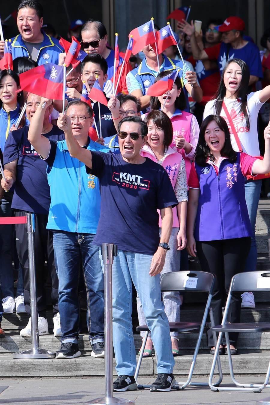 前總統馬英九(前)出席,並帶著黨籍立委參選人一同高舉國旗喊口號。(黃世麒攝)