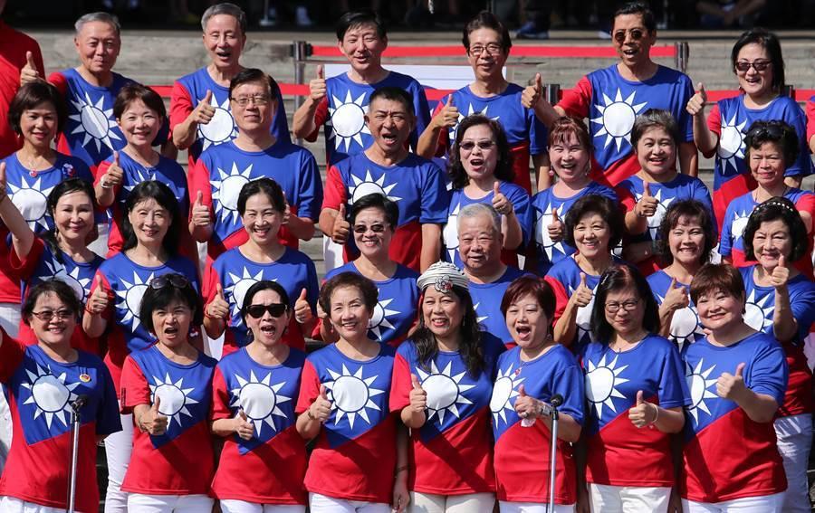 參與民眾穿上青天白日滿地紅國旗裝,祝中華民國生日快樂。(黃世麒攝)