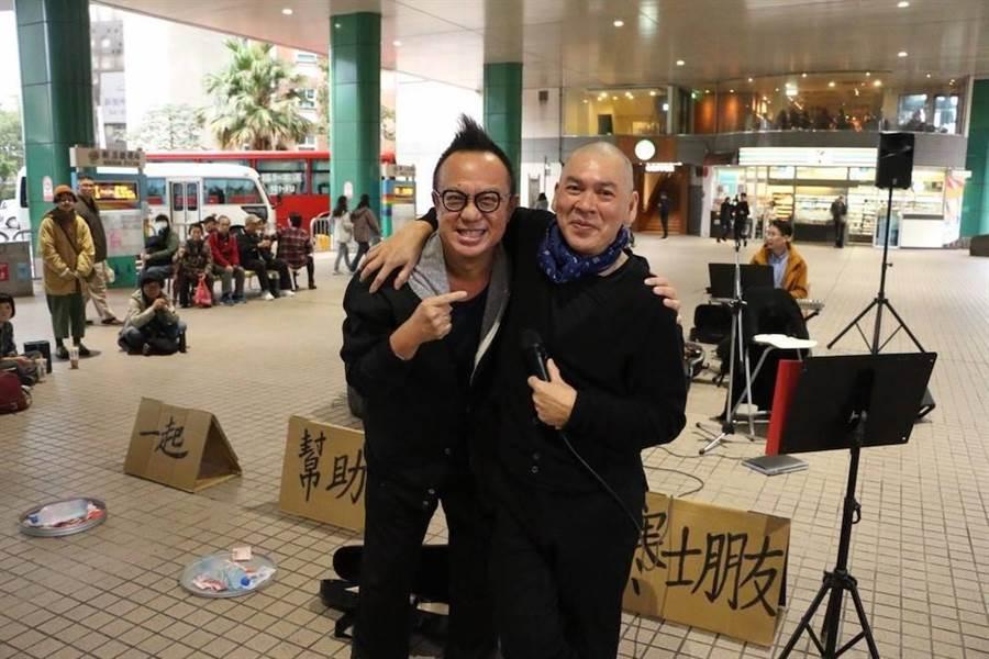 黃大煒今年初在捷運站外為開唱的蔡明亮打氣。(摘自蔡明亮臉書)