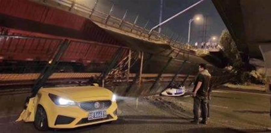 江蘇無錫市區312國道往上海方向的高架橋10日晚間7點左右坍塌,多輛汽車被壓毀。(圖/新浪微博@黃剛)