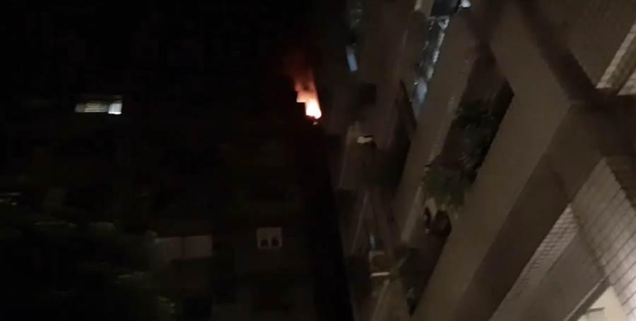 北市信義區林口街一棟12層住宅大樓晚間竄出火舌及濃煙。(翻攝照片/林郁平台北傳真)