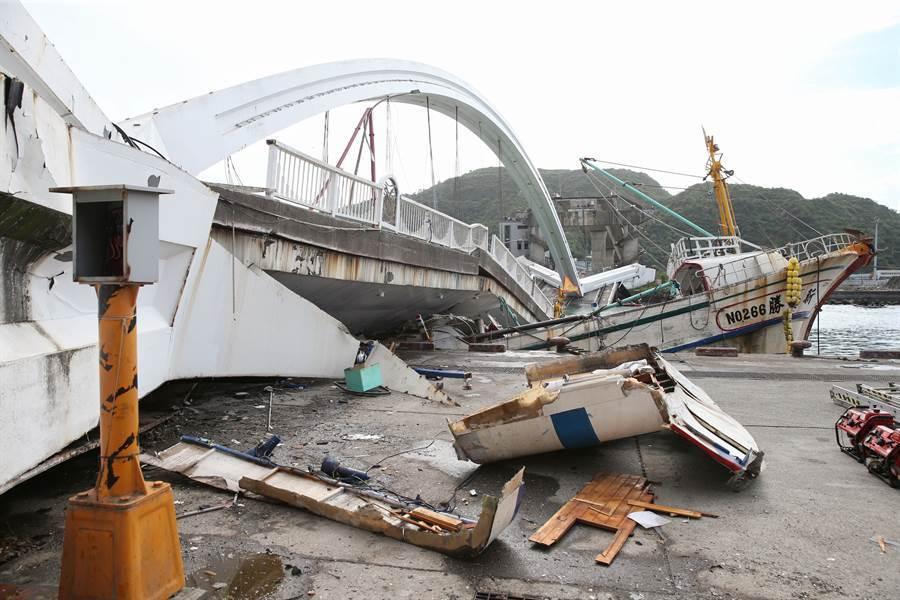 台灣宜蘭的南方澳斷橋是發生在大陸慶祝「十一」國慶之際,當時在北京的大閱兵對照下,被有不少網民拿來揶揄。(圖/王英豪攝)