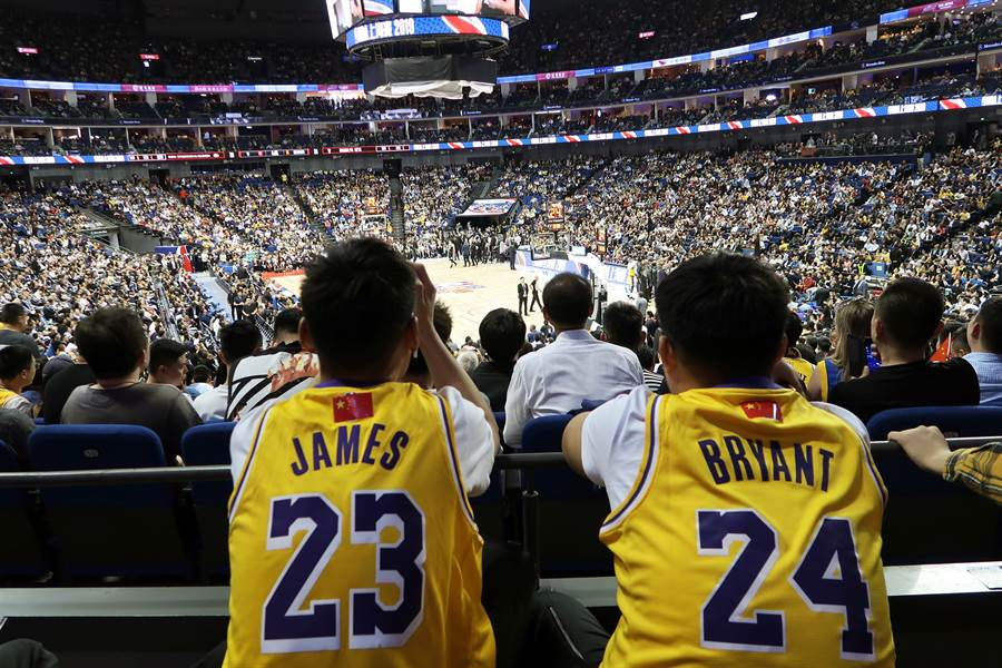 NBA中國賽在與中共官方的政治爭議中開打,仍然是全場爆滿,票面350元人民幣的門票在網上賣到2000元人民幣(合台幣8760元)。(圖/路透)