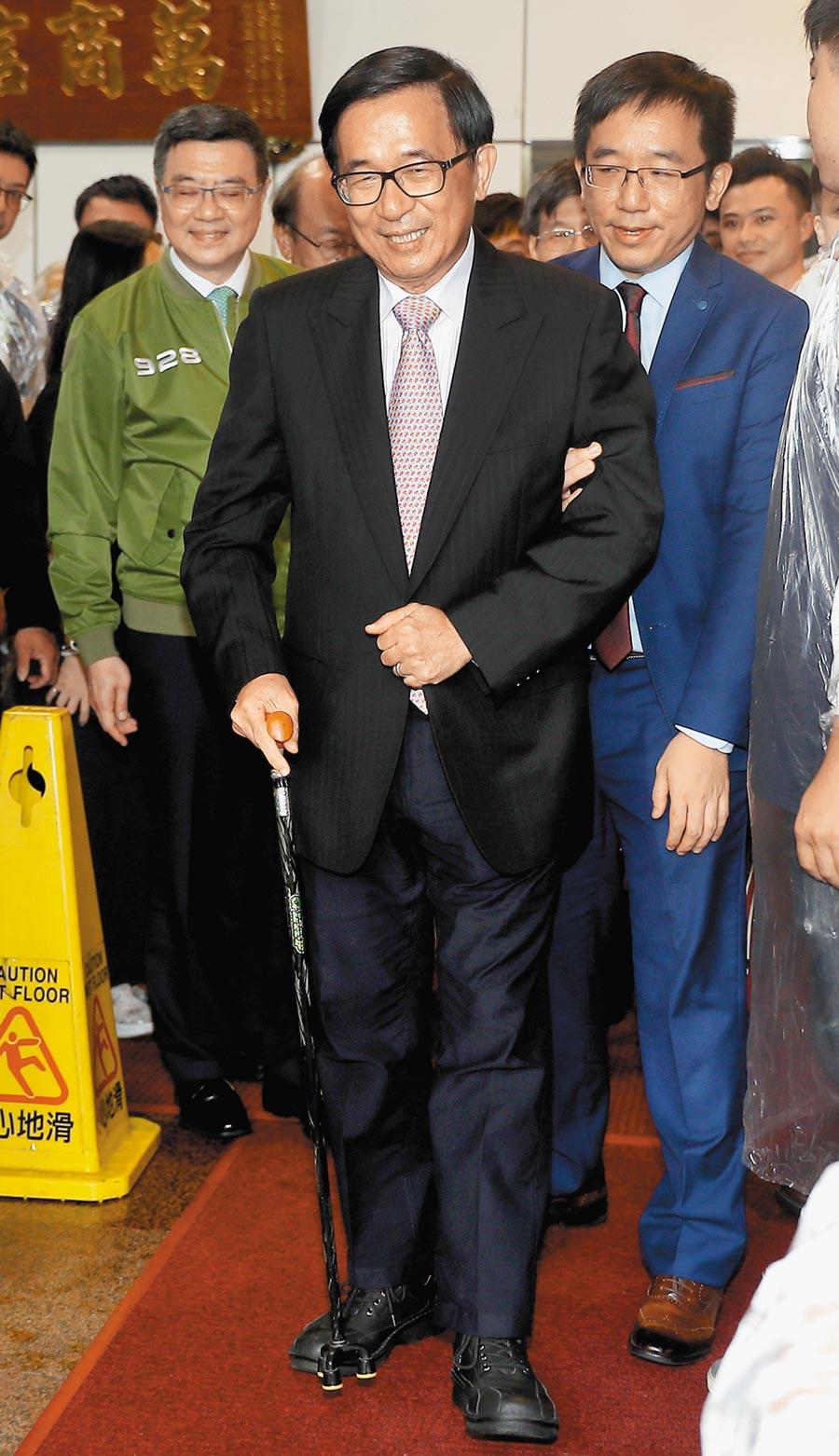 前總統陳水扁(中)爆料獲邀且同意出席國慶卻無下文,被中監打臉表示,並未收到扁的申請。(本報資料照片)