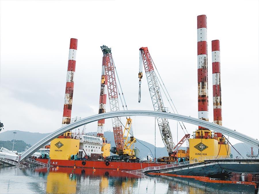 南方澳大橋9日開始拆除。萬噸級海上作業平台就定位,以鋼索吊掛穩定橋拱後,再進行切割。(胡健森攝)