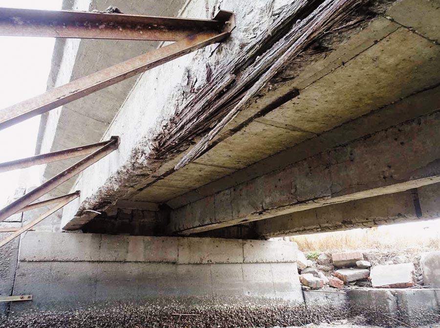 被封閉的台西鄉N11的大梁。(雲林縣政府提供/周麗蘭雲林傳真)