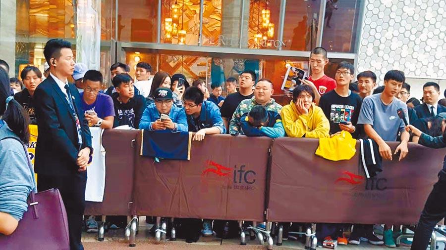 NBA在大陸惹上政治風波,原定9日在上海的多場活動取消,到場的上百球迷難掩失望。(葉文義攝)