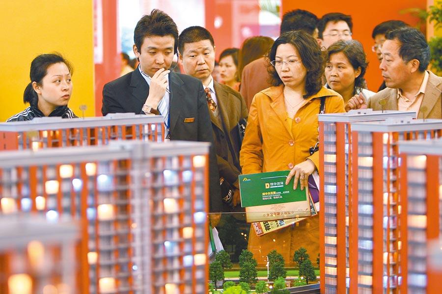 民眾在南京一處樓盤諮詢。(中新社資料照片)