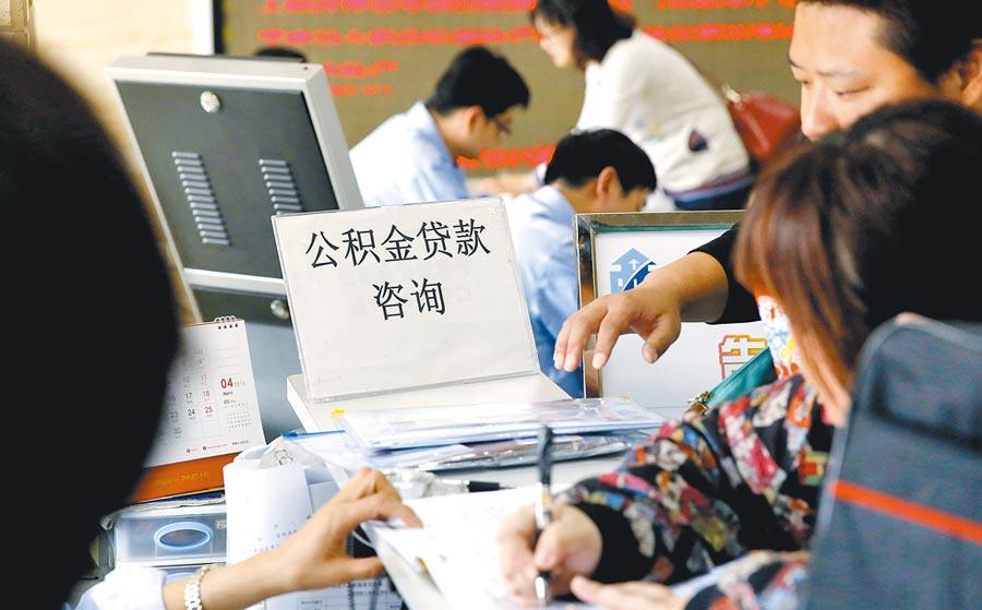 在上海一處房產交易中心,前來諮詢個人住房貸款政策及辦理業務的民眾絡繹不絕。(中新社資料照片)