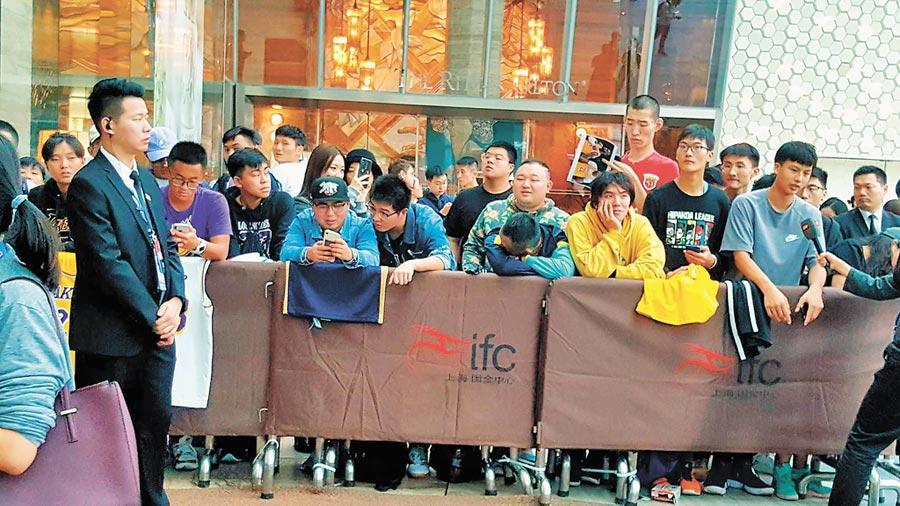 大批NBA球迷以及媒體在上海浦東麗思卡爾頓酒店,等待原定9日下午四點半舉行的湖人、籃網隊記者會。(記者葉文義攝)
